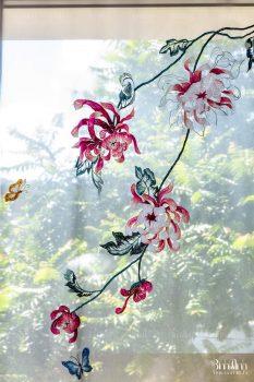 Rèm vải voan thêu hoa thể hiện sự kỳ công, tỉ mỉ của người thợ