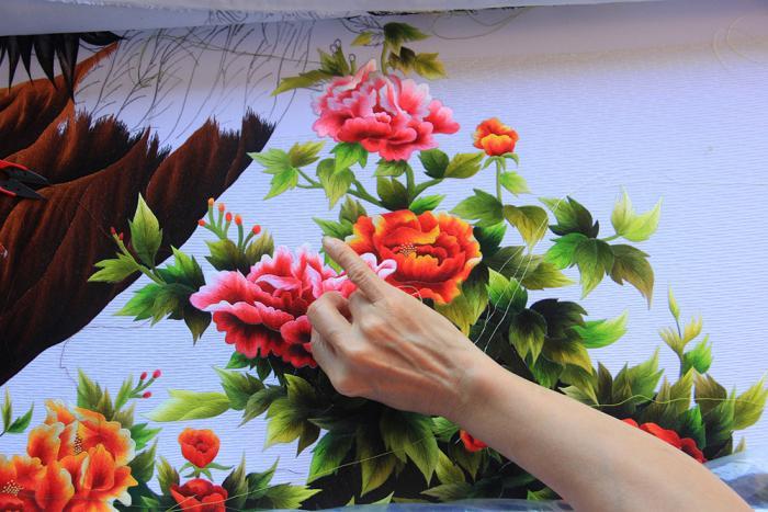 Kỹ thêu hoa tinh xảo, từng cánh hoa sinh động như thật