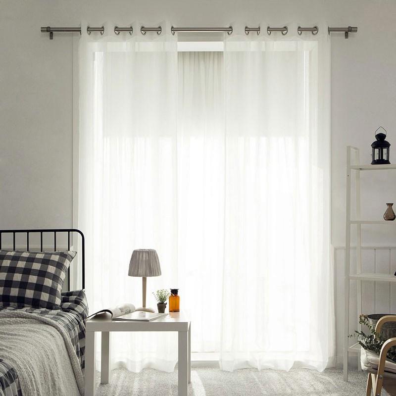 Phòng ngủ với rèm cửa màu trắngnhẹ nhàng